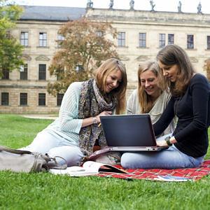 FAU: Studentinnen im Schlossgarten