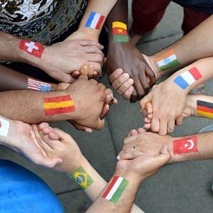 mit Flaggen bemalte Hände
